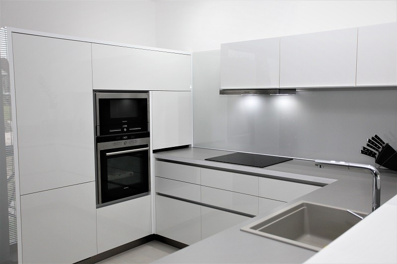 aad99aaa8c77 Moderné luxusné kuchynské linky na mieru